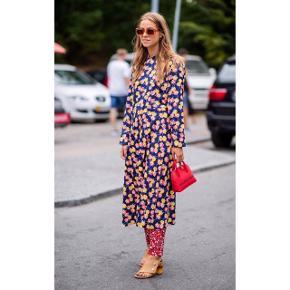 Sælger min smukke smukke Mads Nørgaard kjole, da jeg desværre ikke får den brugt nok. Perfekt sommeren. Den er i str 36. Har haft den på 2 gange, standen er som ny. Den er vasket én enkel gang. Ny pris var 1200,-. Den har rund krave og en mindre knaplukning på øverste del af ryggen samt en flagrende underdel. Den er i 100% bomuld og i høj kvalitet. Den falder smukt på. #trendsalesfund