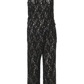 Smart blonde buksedragt fra By Malene Birger. Denne casual jumpsuit har en løs pasform og er syet i fleksibel strækblonde med kontrastfarvet foer, der fremhæver den smukke blonde. Den afslappede silhuet med lige ben er designet med lommer i siden, ribkanter og en komfortabel talje med elastik.   * Model: SIALONA Q61798003 SORT  * Kvalitet: 70% Viskose, 30% polyamid / 96% viscose, 4% elastan / 89% viscose, 11% polyamid / 85% polyamid, 14% polyurethane