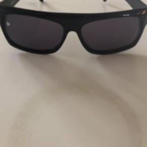 Sorte unisex solbriller fra Wood Wood Brugt et par gange - ingen ridser eller skrammer. Model Lune - Black/Black Ca 15 cm målt øverst Glas hvor det er bredest ca 6 cm og højde 4,5 cm Nypris 600 og sælges for 140 plus TS gebyr og porto Har også et nyt ubrugt par i æske til 190 - se evt anden annonce.