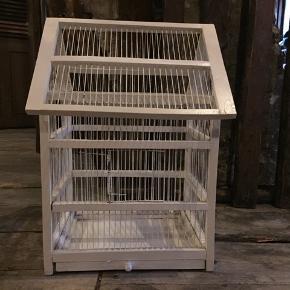 Ældre fuglebur sælges. Jeg har brugt det især til jul med lyskæde, pynt mv. En af tremmerne er knækket, men er uden betydning ved brug til pynt. Højde 60 cm Dyb 33 cm Bred 43 cm