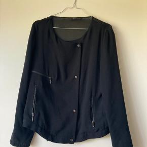 Fin jakke fra Zara, med mesh ryg.  Der er små steder hvor der er blevet hevet i et par tråde, men ikke noget man lægger mærke til ☀️   Kan hentes på Nørrebro.