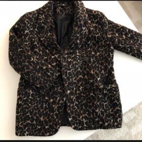 Leopard-jakke i uldblanding med knapper fra H&m str 36 Perfekt efterårsjakke!  Hentes på Islands Brygge