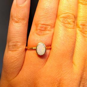 Forgyldt sølvring med opaldoublet. STR 60  Struktureret ring og utrolig smuk opal, som er svær at få et vellignende billede af. Meget smukkere i virkeligheden. Se flere billederi kommentarfeltet.  Brugt få gange, men lidt af forgyldningen er slidt af nederst. Dette ses dog ikke når den er på. Den fremstår rigtig flot.  Fra den lille guldsmed Creol i Larsbjørnsstræde, Kbh.  Bud fra 150,-. Husk at bud er bindende
