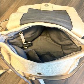 Bud modtages gerne. Smuk og god taske!  Den har været i brug og har derfor lidt patina/brugsmærker på metaldelene, dog intet der gør noget. Ingen skader på læderet.