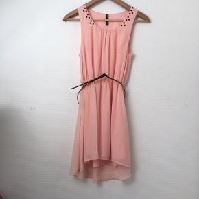 Kort chiffon kjole med tilhørende lak bælte, aldrig brugt.