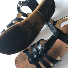 Flotte sorte lak sandaler i str. 37. Brugt men ingen fejl. Nypris kr. 800,- Sælges for kr. 200,- + Porto eller afhentning i Odense S