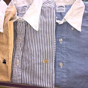 ❌midterste skjorte solgt❌ Super lækre og ikoniske langærmede skjorter fra klassiske Brooks Brothers, vævet i Oxford metoden, 100% Supima bomuld (en af de mere eksklusive bomuldstyper). Pasformen er slim fit.  Købt i butikken i New York og kostede 999kr per styk. Prisen er 500kr per styk (hvis flere ønskes kan en bedre samlet pris aftales)