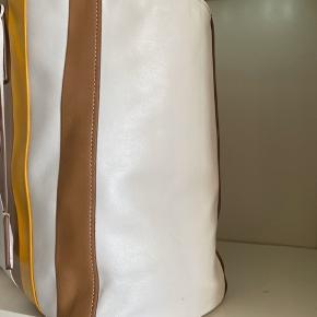 Prada baidera læder totebag  Prada har overgået sig selv og udført en klassisk  baidera i det smukkeste og blødeste multicolor kalvelæder.  Tasken udstråler klasse og god smag samt en taske man meget sjældent ser solgt også i så pæn og flot stand  Tasken har en stor god rummelig størrelse så kan bruges til praktisk talt alt. Den perfekte taske  Medfølger original dustbag, charms samt garantikort så der er livstids garanti og gratis reparationer i alle Prada butikker  Art nr 1BG032  4995,- inkl moms