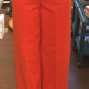 Super skøn 70'er inspireret buks i bedste kvalitet og smuk pasform. Skrå lommer ved talje og brede ben. Smuk farve👍🏼☺️