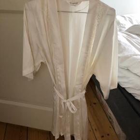 Beige / råhvid morgenkåbe / badekåbe i silke med blonder. Aldrig brugt.