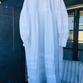 Fantastisk luftig Cecilie Bahnsen Beate skjorte kjole i en UK str.8, aldrig brugt og stadig med tag :)  Sælges kun til 4.500 og prisen er ikke til forhandling (har selv købt den på udsalg til denne pris).   Kan afhentes på Frederiksberg :)