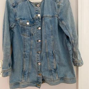 Fin denim jakke fra H&M trend lille i størrelsen, bruger normalt str S, men denne er i str. 40 og passer fint. Sælges for 180 kr.