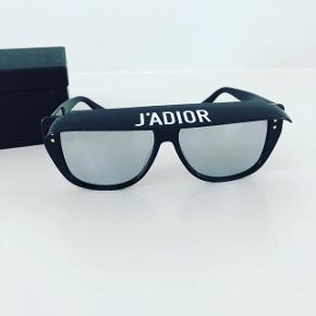 Fedeste Dior Jadior briller med aftagelig solskygge. Brugt én gang. Er som nye. Der medfølger æske, læderetui, pudseklud og ægthedsbevis.