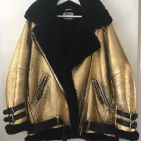 """Acne  """"Velocite"""" 🤩  En af de sjældne udgaver, coatet i guld, fungerer som et vandafvisende lag.   Jakken er karakteristisk oversize, som går over numsen.  Længde målt fra krave top: 75cm Størrelse M.   Nypris 19.300"""
