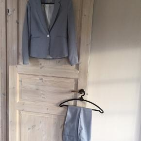 Næsten helt nyt habitsæt - står str 38 i blazeren men svare kun til Small som buksen også er (36) - så super et klassisk sæt - kan bruges hver for sig