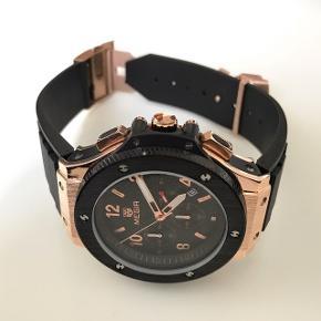 Lækkert og stilfuldt herreur fra Megir sælges nyt/ubrugt. Uret er udstyret med Quartz urværk, hvilket man bruger i mange kendte urbrands.  **Uret er NYT/UBRUGT**  Specifikationer på uret:  - Diameter 52mm - Rembredde 24mm - Udstyret med høj kvalitets Quartz urværk - Remmen er lavet af silicone (25mm bred) - Udstyret med en elegant datofunktion. - Indbygget med ridsefrit mineralglas. - Uret er vandtæt op til 3 ATM (Uret tåler stænk ved almindeligt brug, men er ikke vandtæt til badning). - Ridsefrit mineralglas - Uret kommer i en flot æske med mærker på i folie.  Alt i alt et flot ur af høj kvalitet til prisen.  - Bytter ikke - Fast pris  **Bemærk:** 100% tilfredshed ud af 29 handler på Trendsales.