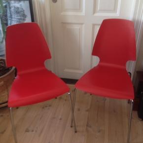 To røde stole med krom stel, stort set uden brugsspor, er som nye.  H 45/88 D 40 B 46/29 cm.  Prisen er for dem begge to.