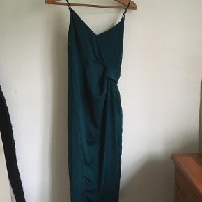 Kjole fra ASOS med slids. Den sidder sååå flot, holder styr på brysterne og er behagelig. For lille til mig, så det kan blive din i dag! Skriv endelig hvis du vil se den på 🥰