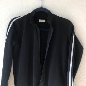 Varetype: Zip bluse  Størrelse: 12år Farve: Sort Oprindelig købspris: 500 kr. Prisen angivet er inklusiv forsendelse.
