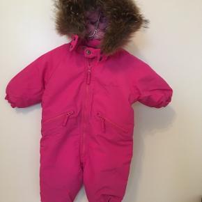 Smukkeste VDT flyverdragt str. 1 Min datter passede den indtil hun var 1 år og 8 måneder. GMB uden fodstropper.