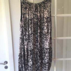 Super fin sommerkjole fra Malene Birger. Str. 36. Den har fin åben ryg med et bindebånd. Standen er super fin. Den er desværre blevet for lille. Den er grå/sort/hvid mønstret.