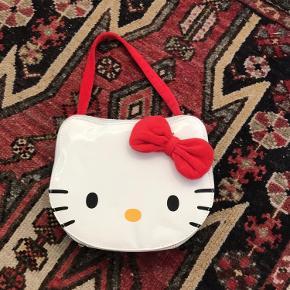 Verdens sødeste hello kitty nintendo taske<3 I tasken er der plads til en nintendo samt spil og medfølgende en lille hello kitty spilbeskytter :)