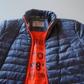 Brand: Retur Varetype: Retur jakke Størrelse: 10år Farve: Blå/orange  Smart jakke fra Retour, ingen slid eller huller.  Handler gerne via Mobilpay.  Køber betaler Porto.   Bytter ikke.         D Mindstepris 200 kr. plus porto 37kr.