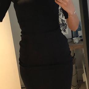 super comfy tætsiddende kjole fr H&M i tykt Jersey - mørkeblå. Godt syet, god kvalitet.  Fjernet mærke i nakken, men aldrig brugt!  Bytter ikke..