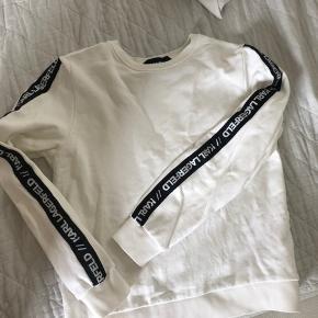 Karl Lagerfeld sweatshirt, hvid med sorte striber med tekst på armene. Str s