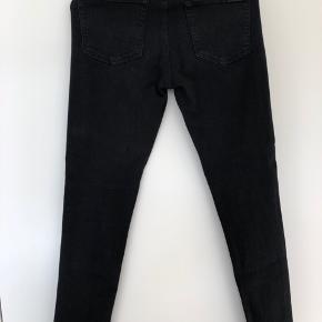 Helt sorte jeans, brugt en enkelt gang. Super lækker stretch kvalitet.   De ser lyse ud på et par af billederne, blot for at kunne se detaljerne, men jeans er helt sorte.