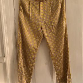 Løstsiddende mønstrede bukser fra Mango. Bukserne har elastik halvvejs rundt på bagsiden (billede 3).