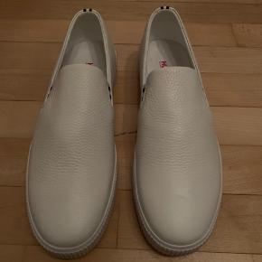 Hugo boss hvide læder sko  BEMÆRK!  skoen er stor i størrelsen, så hvis du bruger str 44 skulle den meget gerne passe.