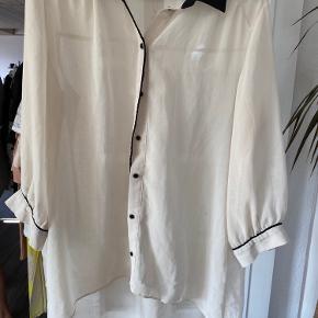 Fin gennemsigtig skjorte med sorte detaljer