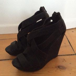 Flotte wedge kilehæl plateau sandaler fra Aldo. Imiteret læder. Brugt få gange  Str 37 Indvendig længde 24 cm Hælhøjde: 11,5 cm Plateau:ca 2,5 cm  Sender med DAO. Kan også afhentes hos mig i København K