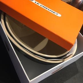 To store skåle fra Le Cruset - aldrig brugt, stadig i original emballage.   1. Skål: 30 cm./3.4 L.  2. Skål: 26 cm./2 L.  BYD.