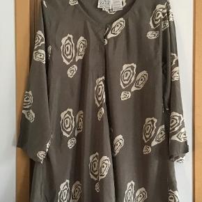 Rigtig fin tunika bluse. Måler fra ærmegab til ærmegab 63 cm. Længden 78 cm. 100 % viscose.