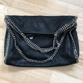 """Super lækker Stella McCartney taske. Kan bruges både """"foldet ud"""" med hankene og over skulderen foldet sammen. Alt medfølger. Helt som ny."""