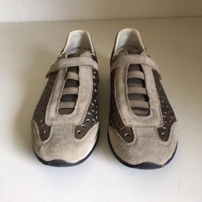 Rieker sko, der næsten ser ud som nye! BYD!  Før pris 500,- Prisen nu ?,- BYD   Som sagt de er næsten ikke blevet brugt, og er i fin stand. Fordi de har stået lidt tid er limen ved båndende foran lidt brunlig.