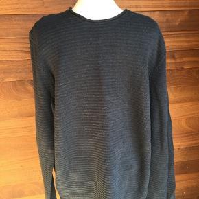 Smart strikket sweater, 100% bomuld. Kun brugt få gange. Fremstår derfor som ny. Portoen er 37 kr. som køber betaler.  Bytter ikke. Se også mine øvrige annoncer. Betaling via mobilepay og sender med DAO fra dag til dag. (10)