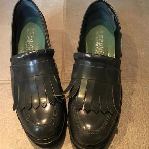 Brand: Phil Gatier Varetype: Loafers Farve: Grå Oprindelig købspris: 1699 kr.  Super fede plateau loafers med frynser. Kan passes af str. 37,5. Håndlavede i Italien - virkeligt lækre.