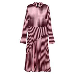 Så fin en kjole, brugt og vasket en enkelt gang på 20* 100% Viscose, glat silke agtigt.  Fast pris og handler kun via Trendsales køb nu ❣️