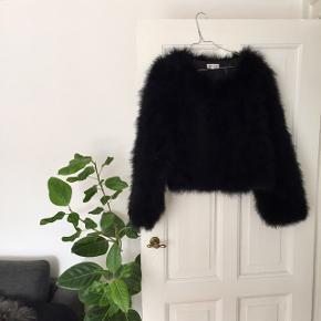 Meotine jakke lavet af strudsefjer str. M/L i sort 🌚  Byd gerne kan både afhentes i Århus C eller sendes på købers regning 📮✉️