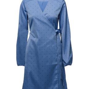 Jeg sælger denne smukke kjole fra Gestuz, da jeg desværre ikke vil få den brugt. Den er kun brugt en enkel gang, og er derfor i super god stand. Byd gerne!!