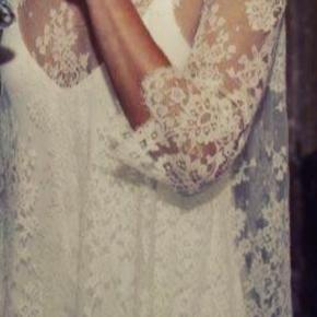 Smuk brudekjole købt hos Maria Fekih på Gammel Kongevej. Maria har selv designet underkjolen, som er den smukkeste tunge silkekjole. Udover blondetop fra DELPHINE.  Kjolen er et sæt - købt samlet hos Maria FEKIH og sælges derfor kun samlet. Skriv for mere info/billeder.