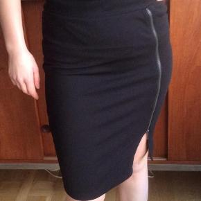 Varetype: Nederdel Farve: Sort  Virkelig flot nederdel, str. M Der er lynlås i siden som kan lynes op hvis man ønsker dybere slids. Den er som ny 😊