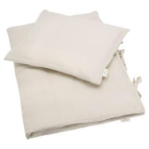ADULT BEDDING MUSLIN DUSTY OAT   Sælger 2x sengesæt fra Konges Sløjd i blødeste støvede beige/gule materiale. Har det nemlig allerede i forvejen. Str. 140x200.   Sættet er ubrugt og i original emballage.  Nypris pr stk er 899 kr Sælger begge for 899 kr