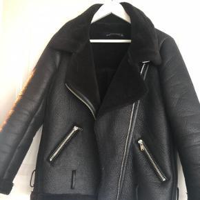 Super lækker og varm jakke - kan også passe str M Har selv købt den brugt herinde og mindes ikke at der var et bælte forneden - har slev brugt den uden Fejler intet