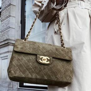 """Sælger min smukke limited edition Dark Green Suede Single Flap Bag fra Chanel. Tasken har små naturlige brugsspor som ses på billederne. Der medfølger et """"lifetime 100% money back authenticity guarantee"""" bevis.   Tasken måler: Længde: 34 cm Højde: 25 cm   Tasken kan ses/afhentes på Østerbro :-)"""