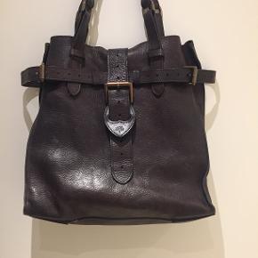 Jeg sælger denne skønne vintages taske fra Mulberry. Ruskind indvendig og indvendig lomme med lynlås.Mål: L34cm-H36CM-D15CM.