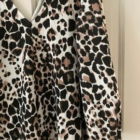 Brugt 2 gange.  Dyb udskæring (ala Stine Goya Brooklyn Dress) for og bag.  Falder tungt.  Fotos af kjolen på i kommentarfeltet ☺️ Elastikker i ærmekant, så den kan puffes op.  94 % polyester, 6 % elastan.